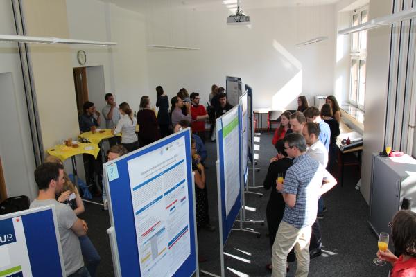 Nachwuchswissenschaftlerinnen und –wissenschaftler diskutieren ihre Arbeiten mit nationalen und internationalen Expertinnen und Experten in der Poster-Session